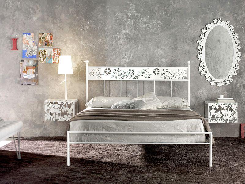 Flower q specchio in ferro con decorazione floreale in diverse forme e colori sediarreda - Comodini a specchio ...