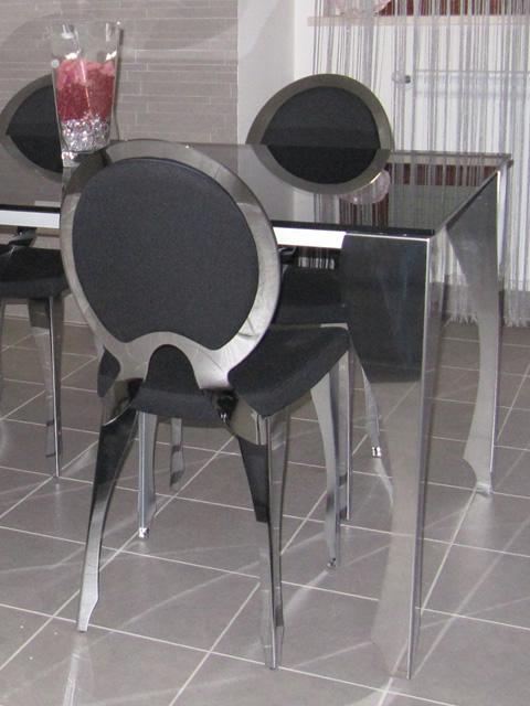 Chaises et tables en style Louis XVI
