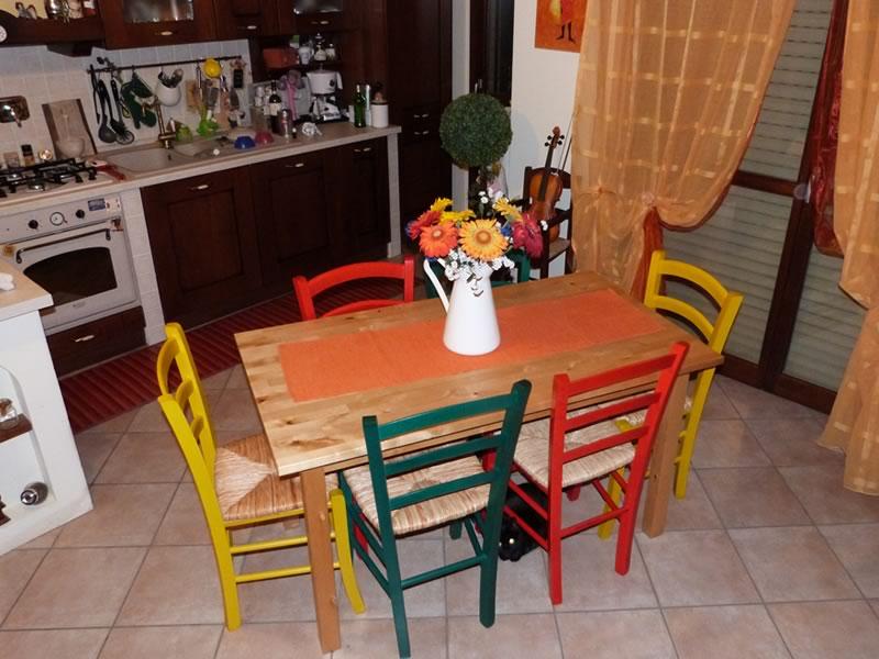 Referenze sedie rustiche colorate sediarreda for Tavolo legno con sedie colorate