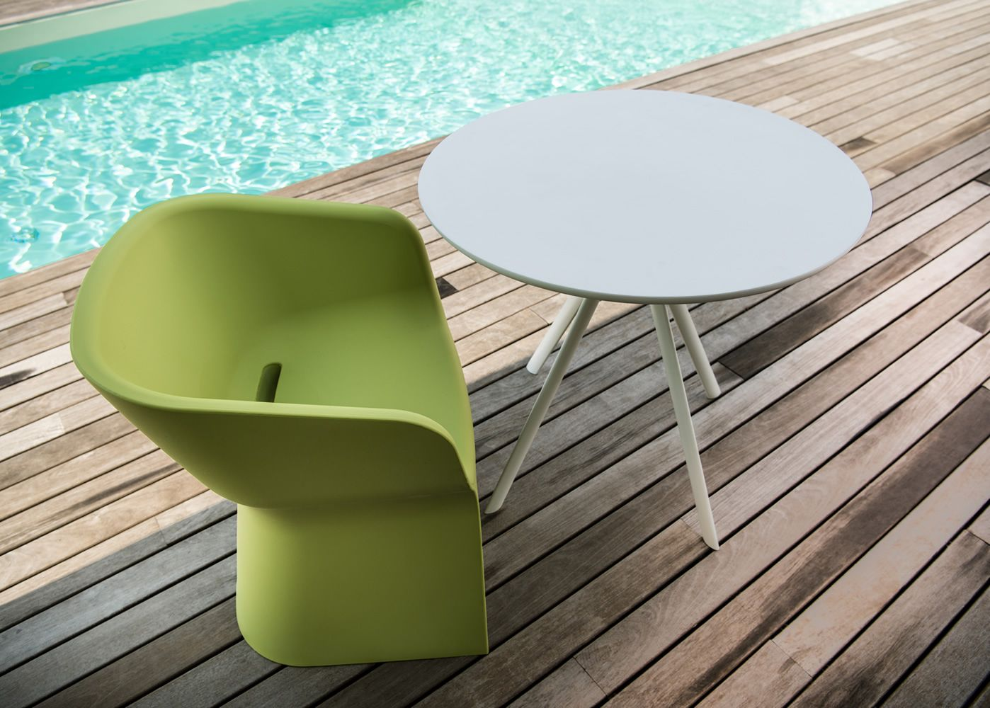 Margarita T Fixed Metal Table Round Top In Polyethylene