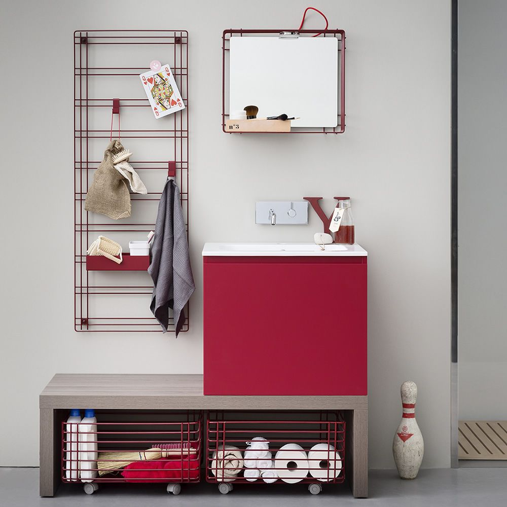 Acqua e Sapone D | Mobile bagno in rosso rubino opaco, abbinato allo specchio Filo con faretto, alla griglia porta accessori Sapone e due ceste portabiancheria Sapone C