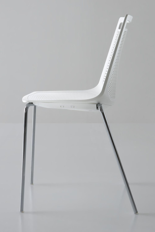 Akami chaise design en m tal et en technopolym re for Chaise design empilable