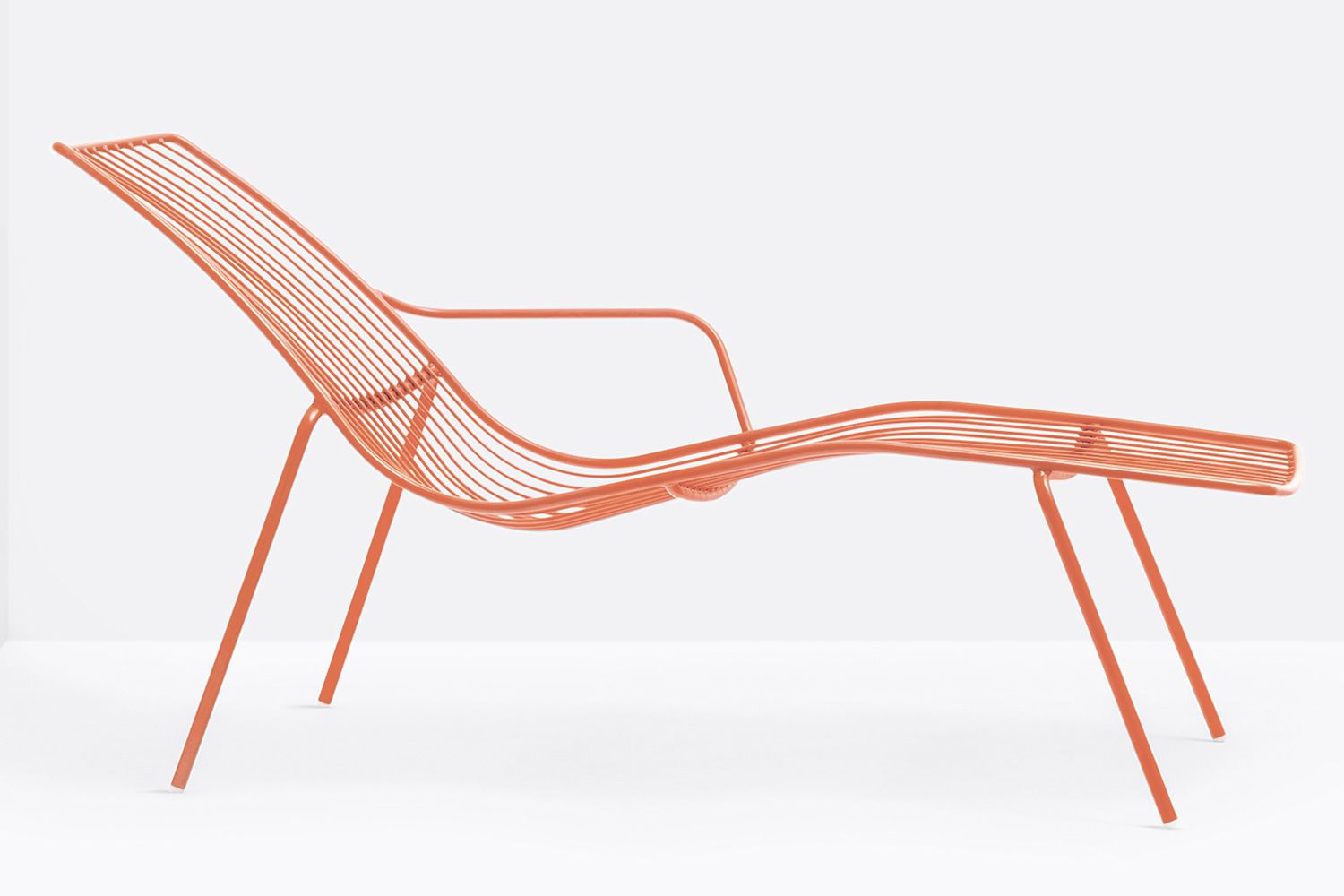 Nolita chaise longue pedrali sunbed in metal for outdoor for Chaise longue orange