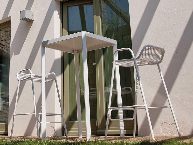 pounch f r bars und restaurants design barhocker stapelbar aus metall f r au enbereich. Black Bedroom Furniture Sets. Home Design Ideas