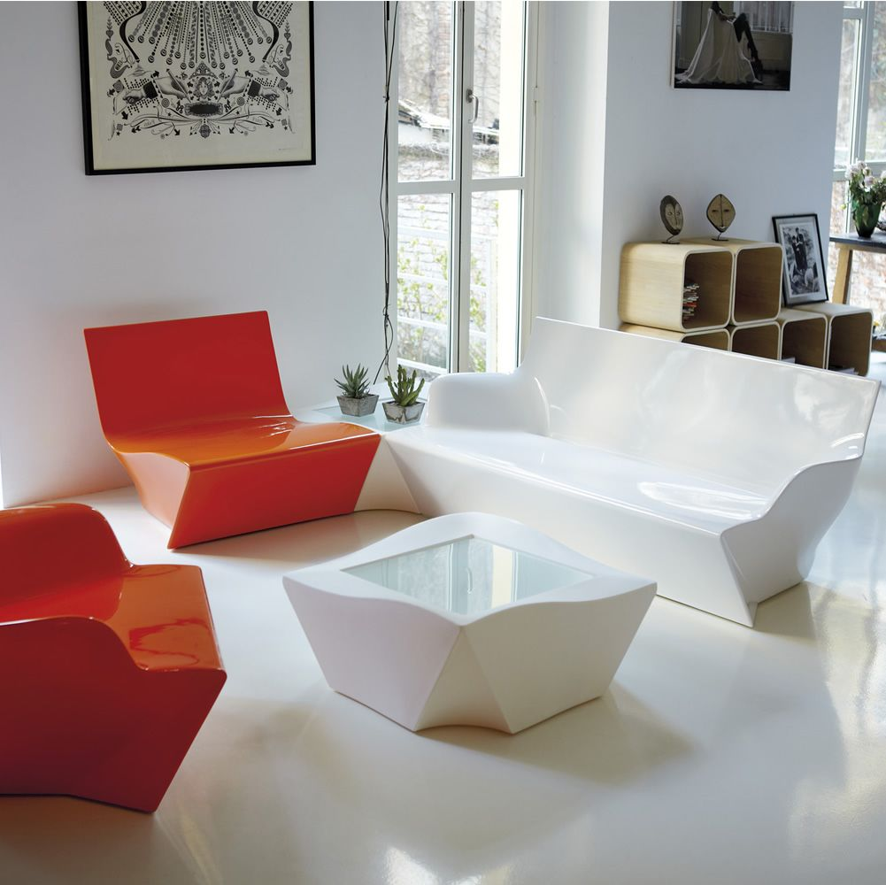 Kami yon divano slide in polietilene anche per il for Divano con poltrone