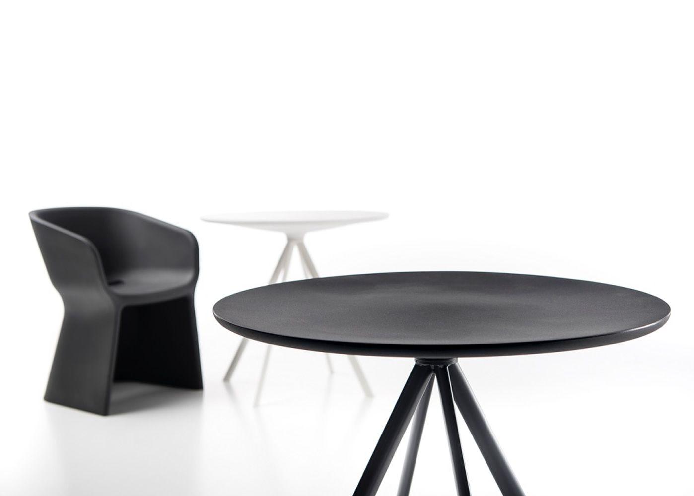 margarita t table fixe en m tal plateau rond en poly thyl ne diam tre 80 cm disponible dans. Black Bedroom Furniture Sets. Home Design Ideas