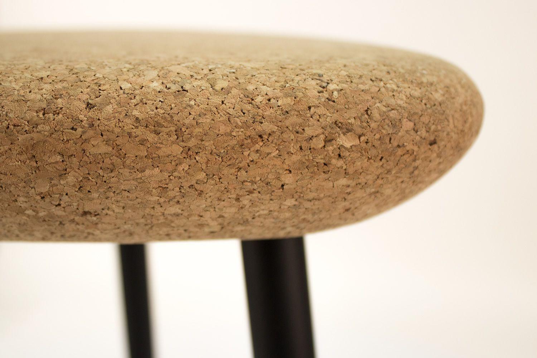 Pick hocker domitalia aus metall mit sitz aus kork oder mit