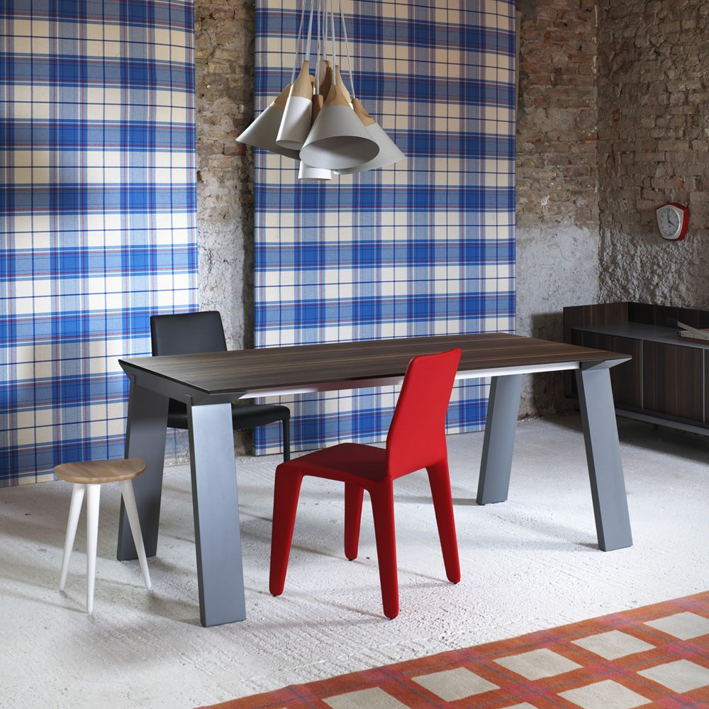 Artù | Table in dusty grey lacquered wood, with top in heat-treated oak
