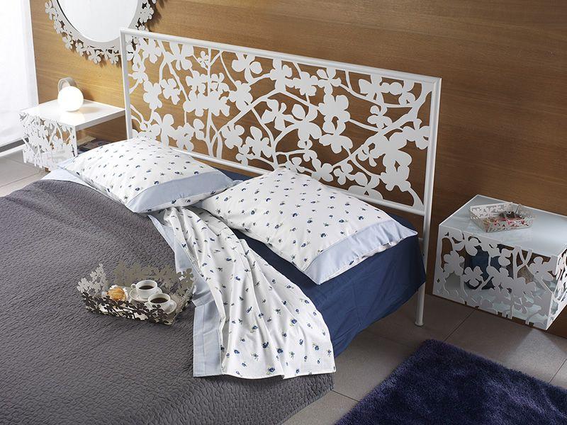 ... Table de chevet suspendue en fer peint blanc, avec lit Ibisco