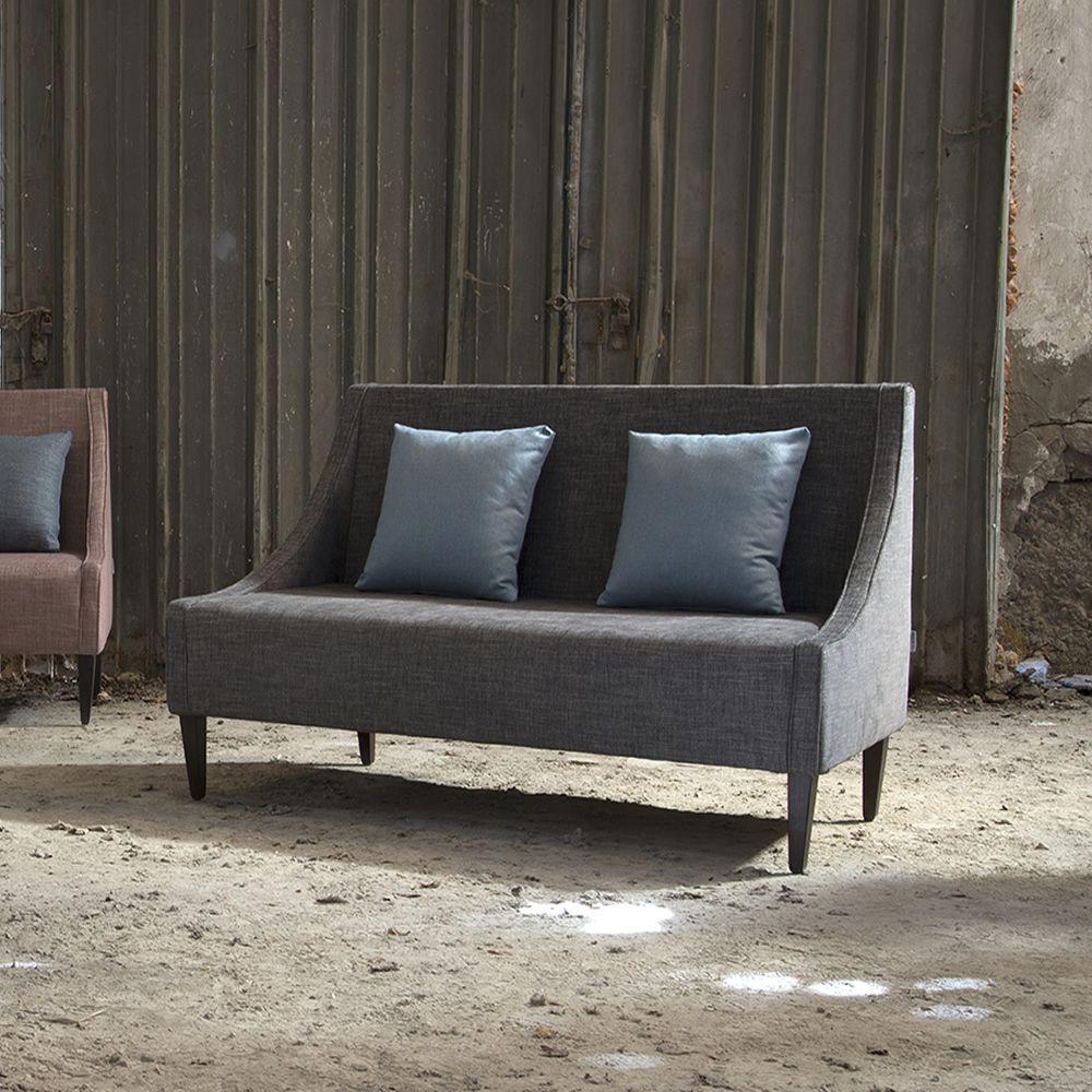 Sikka l divano moderno domingo salotti con gambe in legno disponibile in tessuto pelle o - Divano pelle o tessuto ...