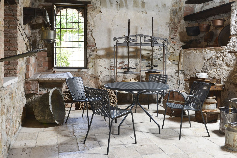 Rig34r tisch aus metall runderer platte durchmesser 110 cm f r den garten - Bequeme stuhle mit armlehnen ...