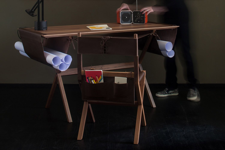 Lina sedia valsecchi in legno con seduta in pelle con for Portaoggetti scrivania