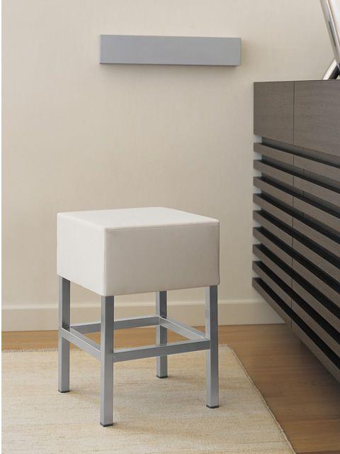 cube 1403 niedriger hocker pedrali aus stahl sitzh he 50 cm gepolstert mit kunstleder. Black Bedroom Furniture Sets. Home Design Ideas