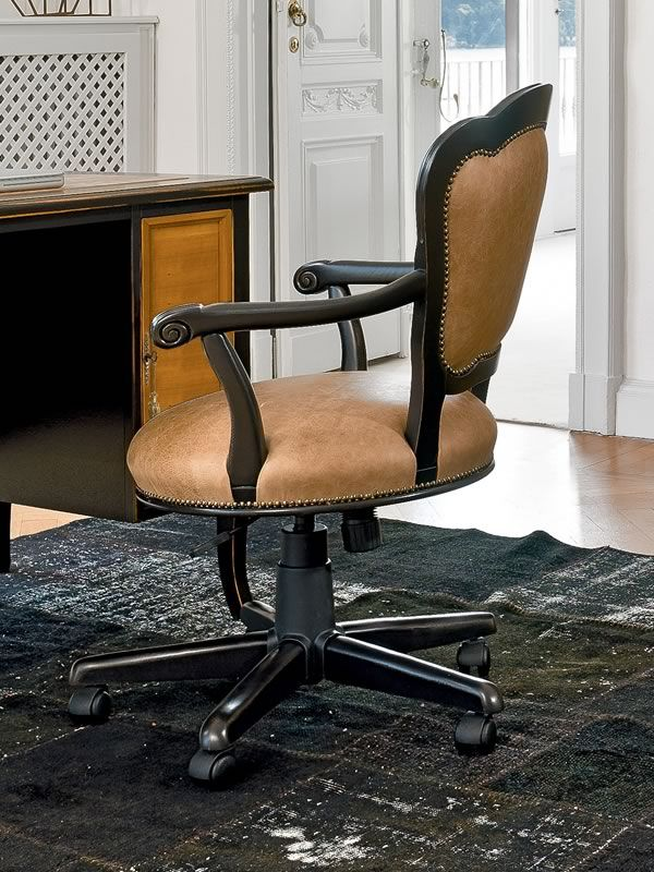 Gill 1294 | Poltrona da ufficio girevole, in legno anticato laccato color testa di moro con rivestimento in pelle vintage color sughero (disponibile su richiesta)
