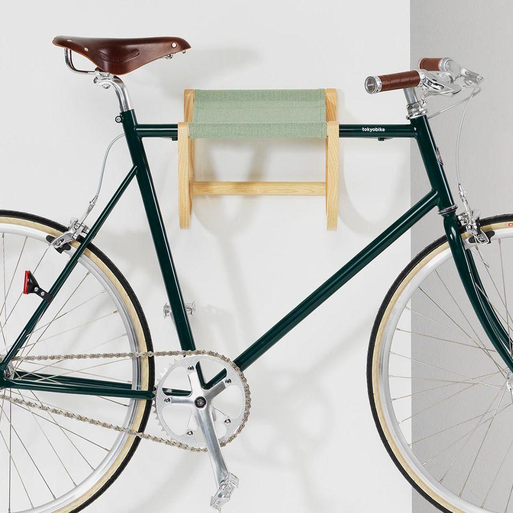 René | Portabici a parete in legno e tessuto Canvas verde chiaro