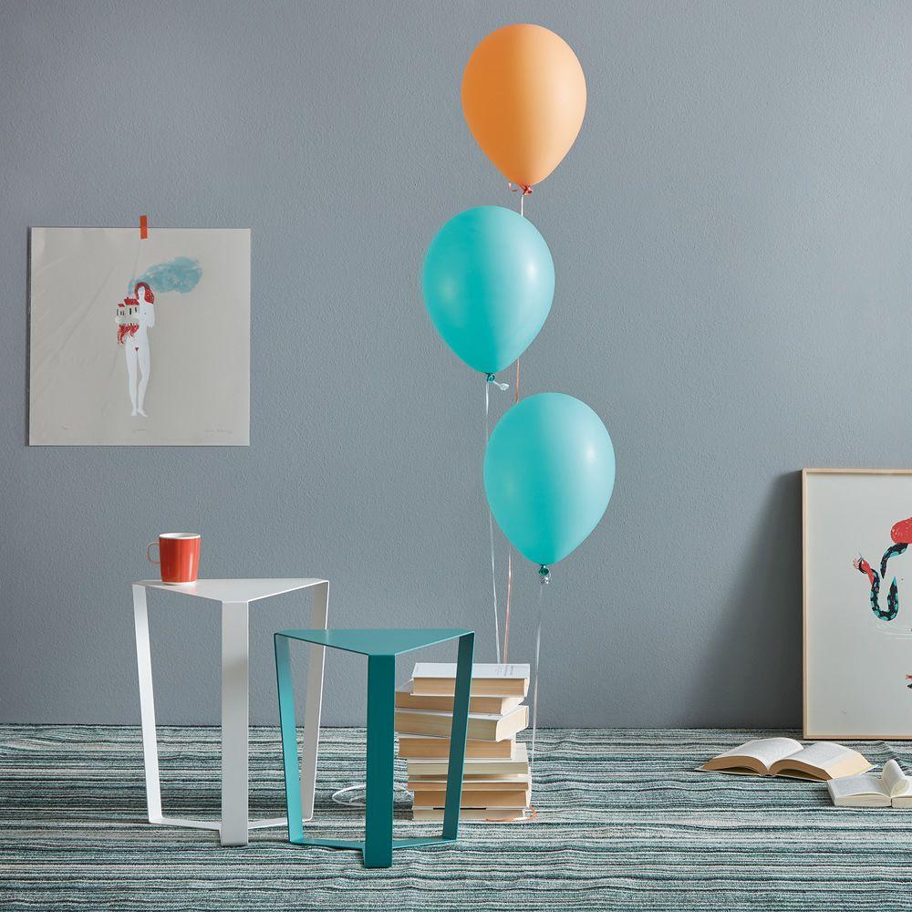 finity dreieckiger designer beistelltisch aus metall in. Black Bedroom Furniture Sets. Home Design Ideas